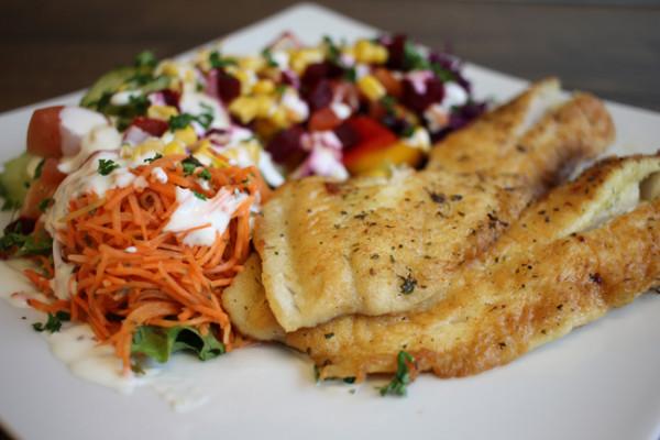 Rotbarschfilet-an-Salat