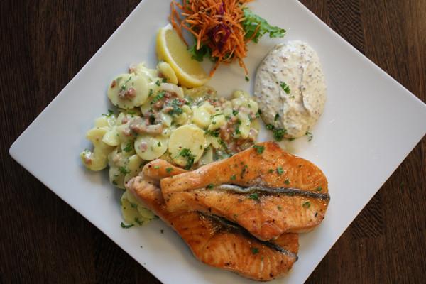 Lachs-mit-bayrischen-Kartoffelsalat