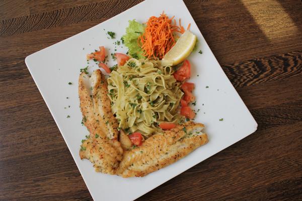 Rotbarsch-mit-Knoblauch-Krauter-Pasta