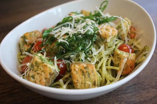 Spaghetti-alle-genovese-Lachswurfel-rezept