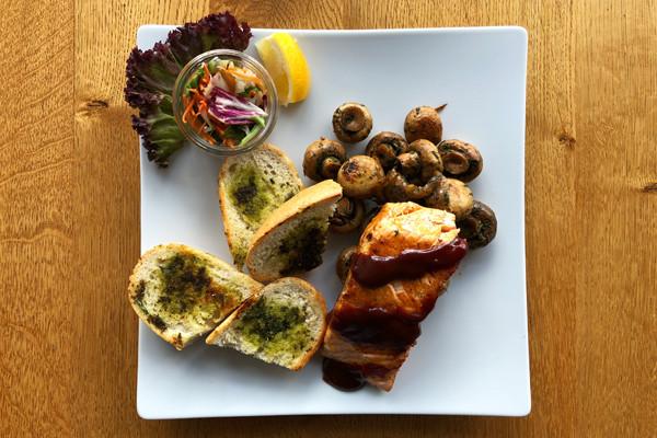 gegrillter-lachs-rezept-barbecue-sauce-knoblauch-pilze